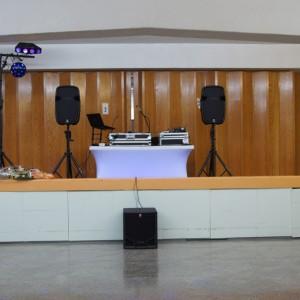 installation dans un sous-sol d'église avec 4 Têtes et un Sub, avec 5 effets de lumières dont 4 sur T-Bar