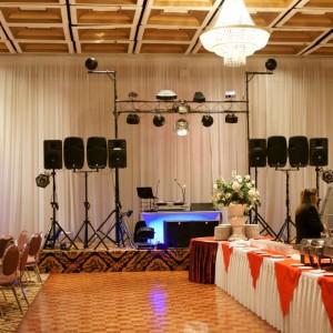 Option Puissance sonore pour 600 personnes & 18 effets de lumières sur structure aérienne (pont) de 10 pieds